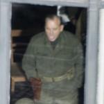 Bill Murray scherzt mit jemandem auf der anderen Fensterseite
